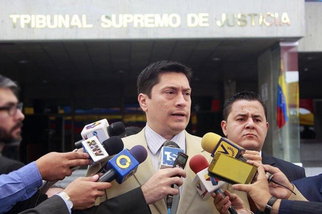 Reinaldo Muñoz, center, Venezuela's attorney general, has ordered his agency to file a lawsuit against the opposition-controlled National Assembly legislature over unconstitutional actions. Photo courtesy of Reinaldo Muñoz