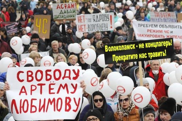 Citizens protesting at the Volokolamsk town hall, after noxious fumes from a local landfill sent 50 children to the hospital. Photo courtesy of Radio Free Europe