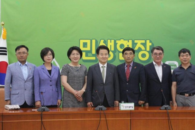 South Korean activists of the Association for Bereaved Families of 4·3 Victims and the Jeju 4·3 70th anniversary committee meet with politician Chung Dong-young (C) of the center-left Party for Democracy and Peace on Monday. Photo by Elizabeth Shim/UPI