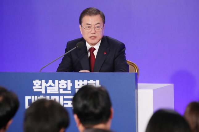 South Korean President Moon Jae-in speaks to reporters at his New Year's press conference at the presidential Blue House (Cheong Wa Dae) in Seoul on Tuesday. Photo by Yonhap