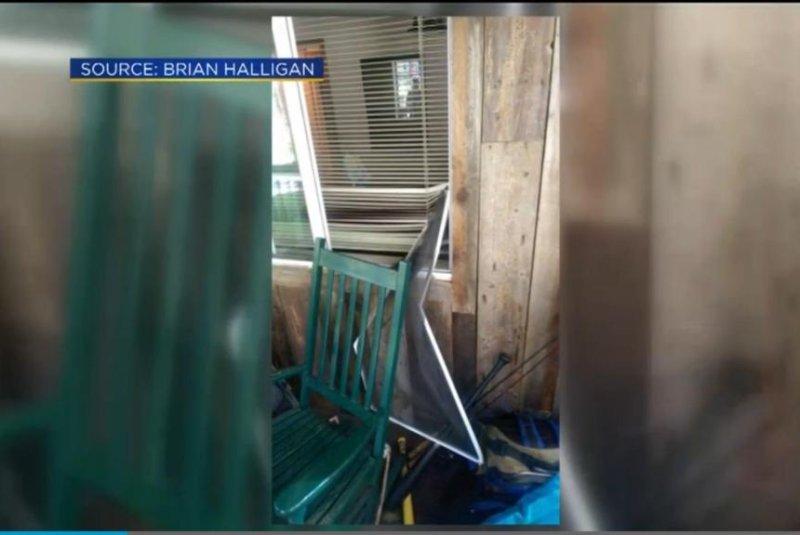 Watch Bears Break Into House Steal Berry Pies Upicom - Baeras-con-pies