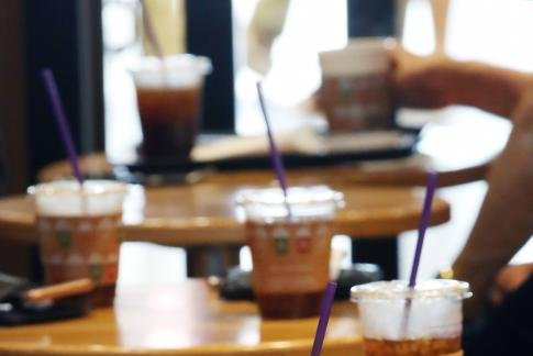 Clients use disposable cups at a Seoul cafe on Aug. 1, 2018, one day before the start of the government's campaign to reduce excessive use of disposable cups at coffee shops. Photo by Yonhap