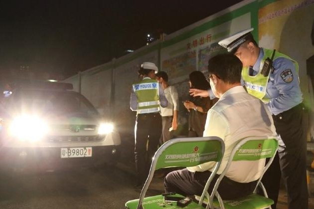 Police in China had drivers caught traveling with their high beams on sit in a chair directly facing a vehicle blasting its brights toward their faces. Photo by Shenzhen Traffic Police/Weibo