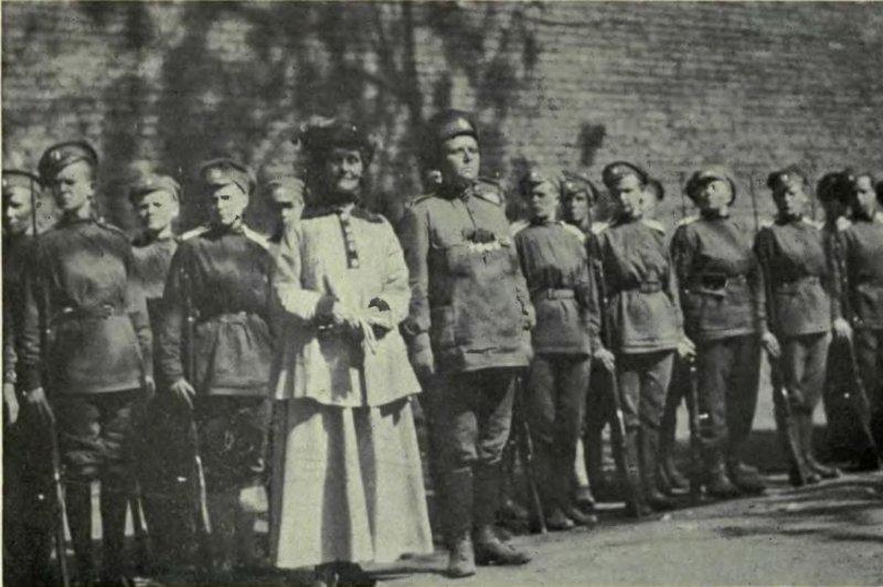 Mareea Bothckareva, Mrs. Emmeline Pankhurst and women of the Battalion of Death in 1917. Photo by Dorr, Rheta Louise Childe/Wikipedia