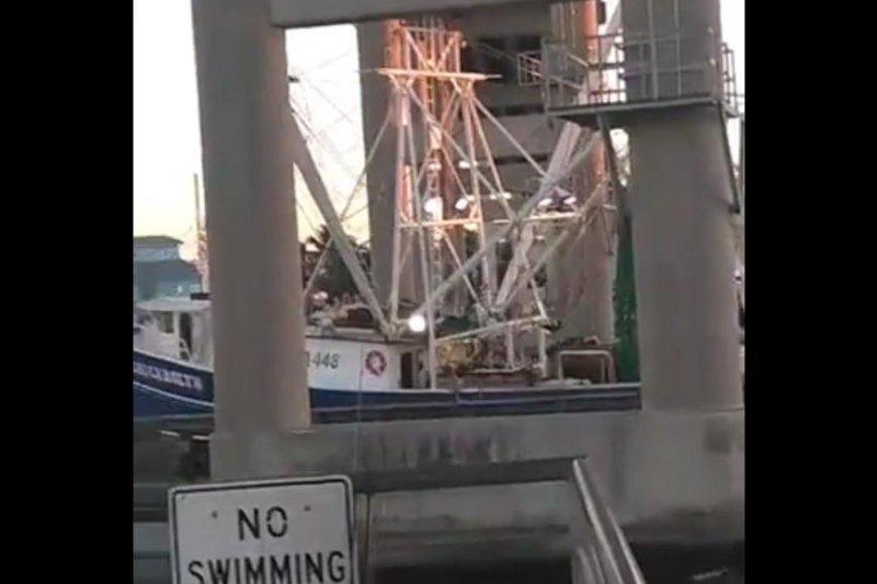 A boat attempting to pass under a Florida bridge gets stuck. Sceeenshot: Abraham Arrasola/Facebook
