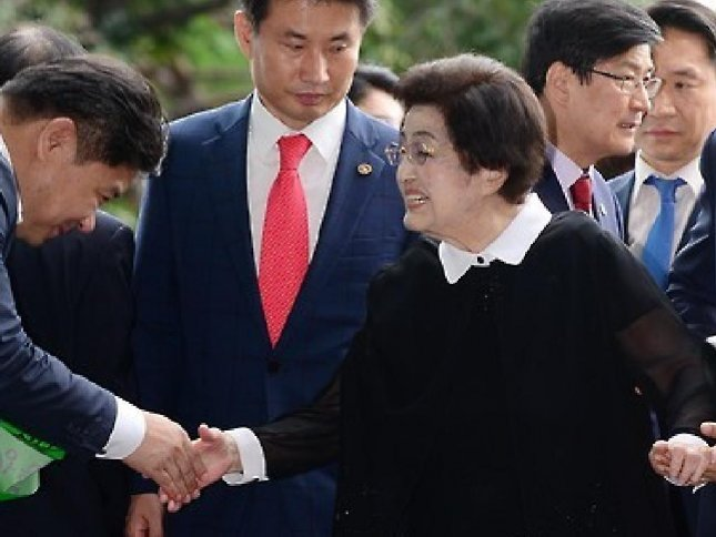 Former South Korean First Lady Lee Hee-ho at Kimpo Airport in Seoul, South Korea on Wednesday. Lee arrived in Pyongyang in the afternoon and said she is delivering a message of peace. Photo by Yonhap