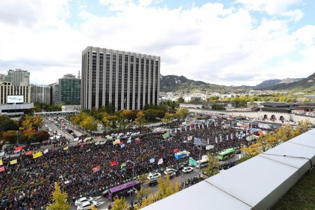 South Korean taxi drivers from across the country hold a rally against the carpooling service of Kakao Corp., the operator of South Korea's No. 1 mobile messenger, KakaoTalk, at Gwangwhamun Square in downtown Seoul on October 18. File Photo by Yonhap