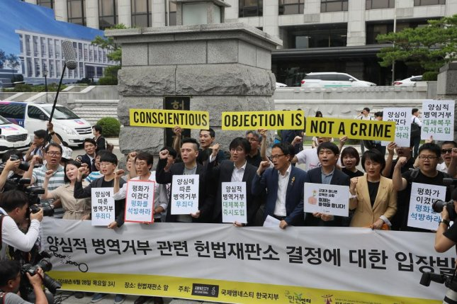 Activists for conscientious objectors call for the government to work out alternatives during a news conference Thursday in front of the Constitutional Court in Seoul.