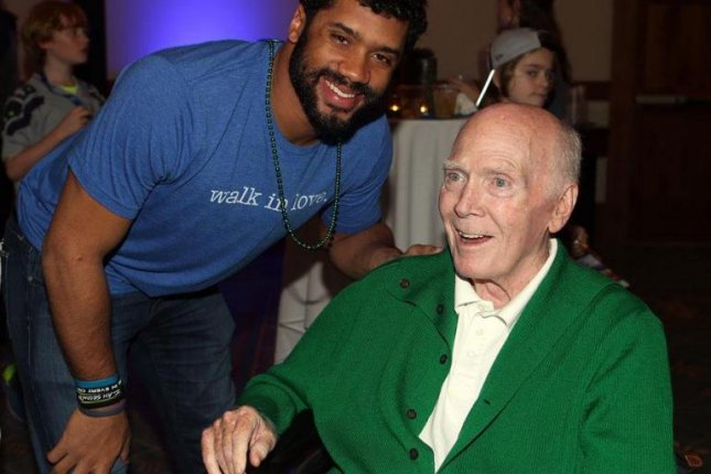 Former NFL coach Chuck Knox (R) takes a photo with current Seattle Seahawks quarterback Russell Wilson (L). Knox died after a lengthy battle with illness. He was 86. Photo courtesy of Seattle Seahawks/Twitter