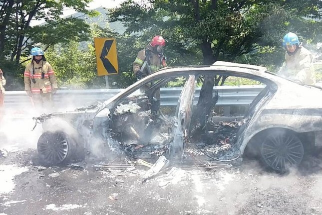 A BMW 520d sedan is seen burned on the Seoul-Gangneung expressway on Thursday. The model is one of 106,000 cars the German automaker has recalled. Photo by Yonhap