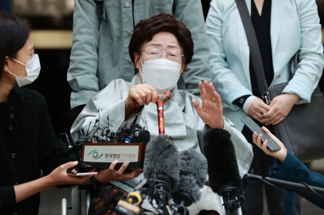 Lee Yong-soo, one of the plaintiffs in a case against Japan over wartime sexual slavery, speaks to reporters outside Seoul Central District Court on Wednesday after the court dismissed her case. Photo by Yonhap