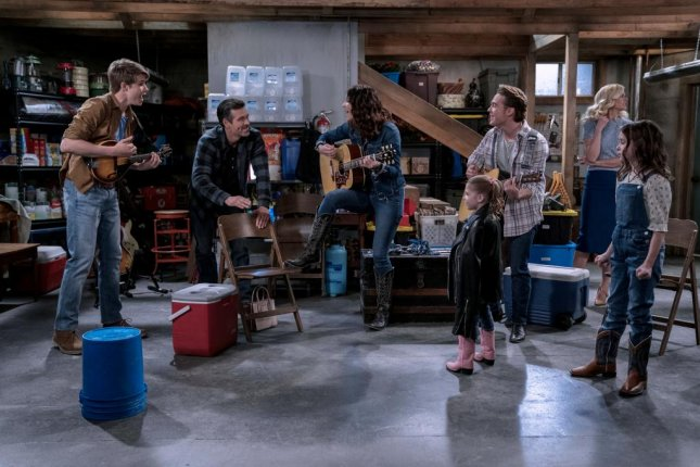 Jamie Mann plays with his Country Comfort band. From left to right, Mann, Eddie Cibrian, Katherine McPhee, Pyper Braun, Ricardo Hurtado, Janet Varney and Shiloh Verrico. Photo courtesy of Netflix