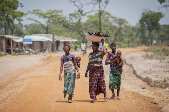 Refugee women from the Democratic Republic of the Congo walk towards the market in Mantapala Settlement, Zambia. Photo courtesy of Will Swanson/UNHCR