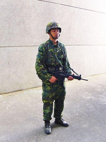 A Chinese Army soldier in uniform. (CC/玄史生)