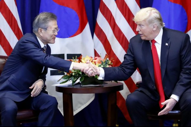 South Korean President Moon Jae-in (L) shakes hands with U.S. President Donald Trump during their summit talks at a New York hotel on Monday. Photo by Yonhap