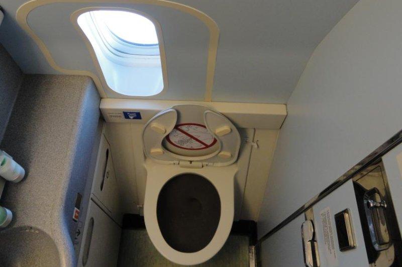 A bathroom an a Boeing 777 (CC/Kristoferb)