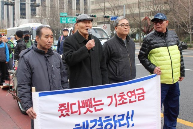 Kim Ho-tae, center left, a basic income recipient in Seoul said Monday the elderly are struggling to make ends meet. Photo by Elizabeth Shim/UPI