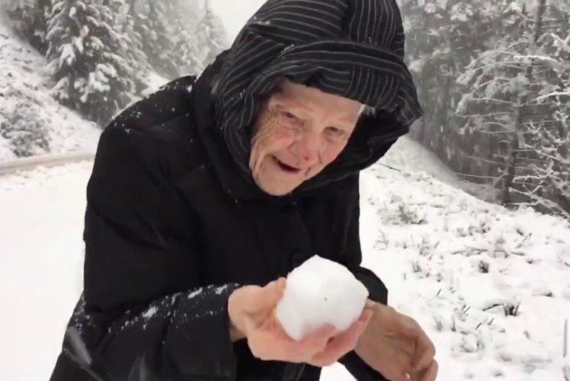 101-year-old Albina Foisy makes a snowball. Armand Foisy/YouTube video screenshot