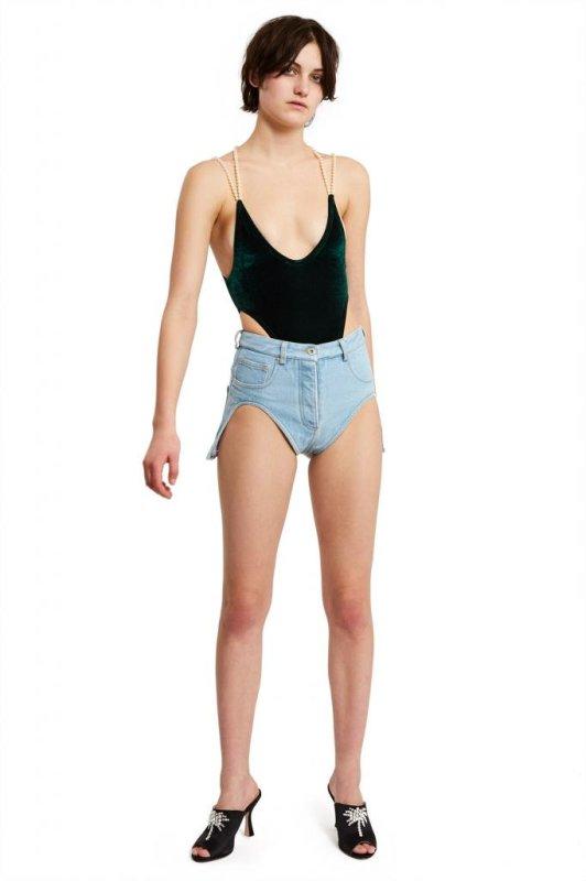 Lupakan Jeans Sobek! Celana 2in1 Ini Unggulkan Celah di Bagian Paha
