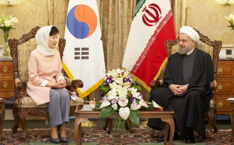Iranian President Hassan Rouhani (R) met with South Korean President Park Geun-hye in Tehran on Monday. Photo courtesy of Republic of Korea Blue House