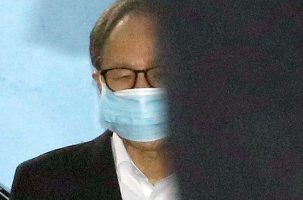Former President Lee Myung-bak heads to a prison transport vehicle after his trial at the Seoul High Court in Seoul, South Korea, on Wednesday. EPA-EFE/YONHAP