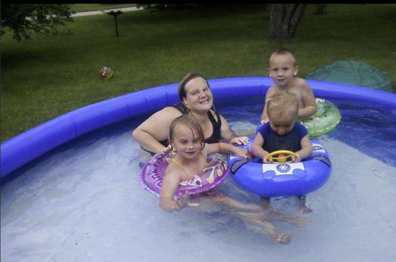 Sheena Herschbach with her children in 2012. (Facebook)