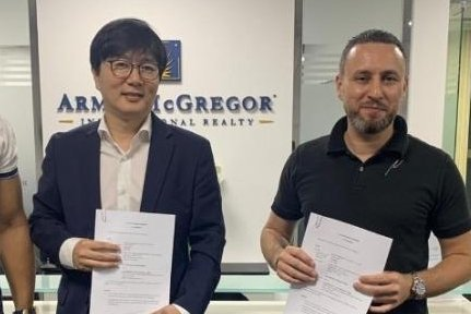 Bloom Technology Executive Vice President Cho Soo-han (L) and Arms & McGregor CEO Makram Hani (R) pose after signing a partnership contract. Photo by UPI News Korea