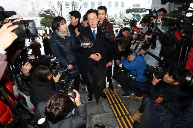 Gyeonggi Gov. Lee Jae-myung speaks to reporters after arriving at a regional bureau of the Suwon District Prosecutors' Office in Seongnam, south of Seoul, on Nov. 24, 2018. Photo by Yonhap