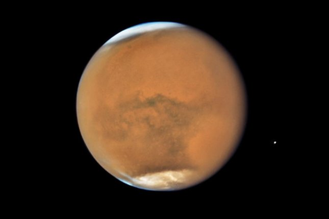 hubble snaps photos as mars makes its closest approach to earth