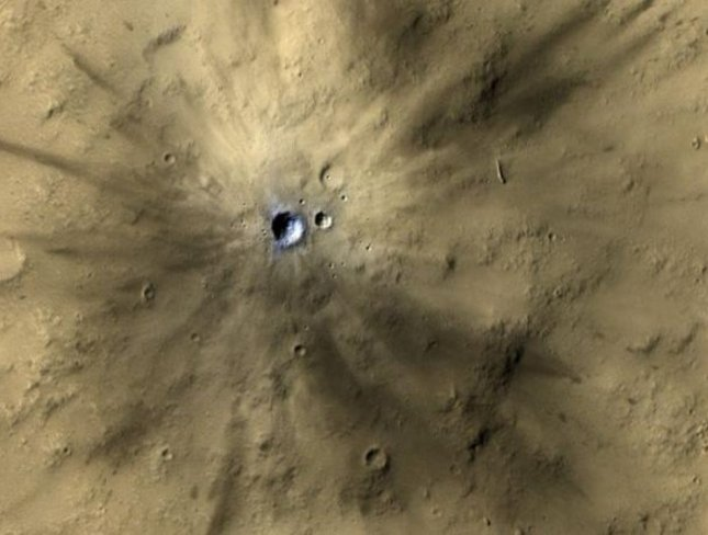 One of many fresh impact craters spotted by the UA-led HiRISE camera, orbiting the Red Planet on board NASA's Mars Reconnaissance Orbiter since 2006. Credit: NASA/JPL-Caltech/MSSS/UA