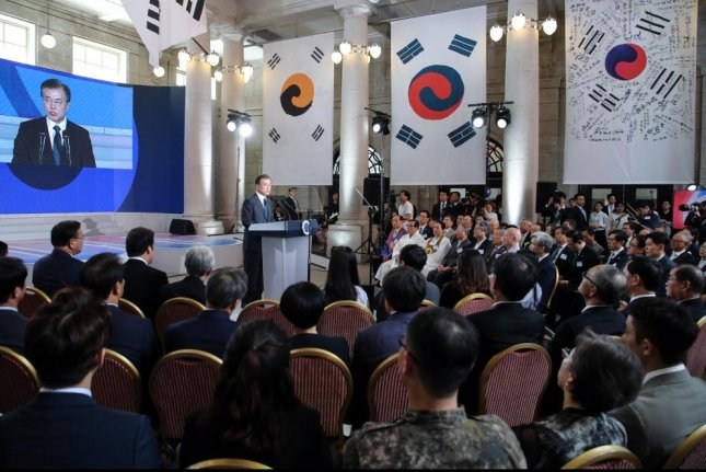 President Moon Jae-in (C) speaks at the launching ceremony of a March First movement anniversary preparatory committee in Seoul on Tuesday. Photo by Yonhap