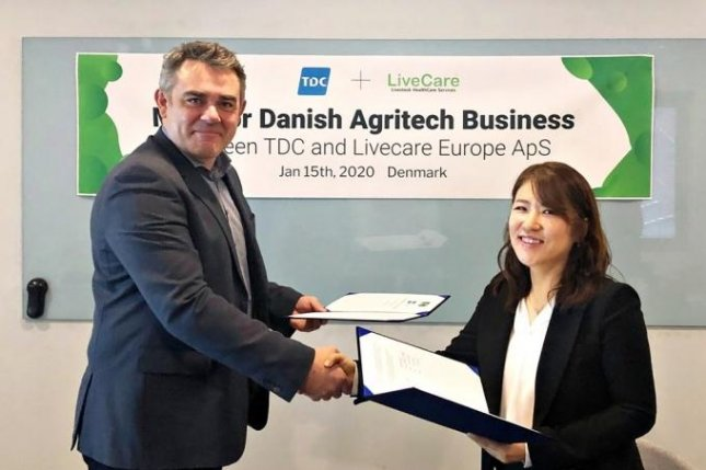 ULikeKorea CEO Kim Hee-jin (R) shakes hands with a TDC senior official after signing a memorandum of understanding on their collaboration to introduce the South Korean startup's livestock management system to Denmark. Photo courtesy of uLikeKorea