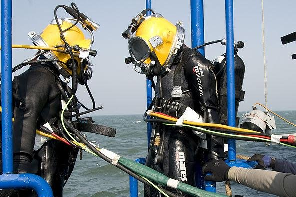 Recovery divers from South Korea (L) and the United States (R) during a joint dive training exercise, pictured in 2010. (U.S. Navy/Mass Communications Specialist 2nd Class Byron C. Linder)