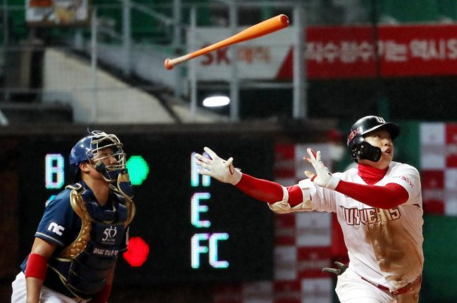 Oh Jun-hyeok (R) of the SK Wyverns flips his bat after hitting a solo home run against the NC Dinos in a Korea Baseball Organization game at SK Happy Dream Park in Incheon, southeast of Seoul, on May 15. Photo by Yonhap