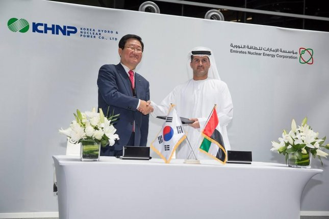 Korea Hydro & Nuclear Power CEO Cho Seok, left, and Emirates Nuclear Energy Corporation CEO Mohamed Al-Hammadi celebrate the signing Monday of an agreement by which Korean workers will operate four nuclear reactors in the UAE. Photo courtesy of ENEC/Facebook