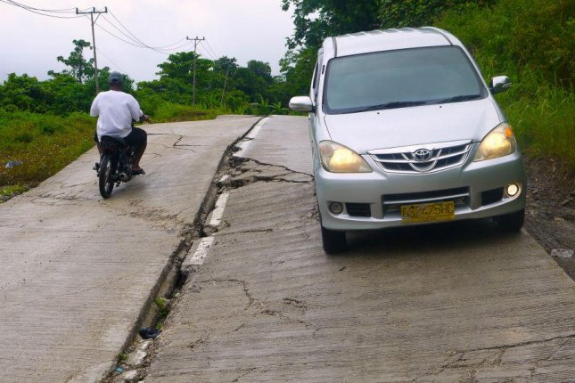 Many new roads built in developing countries are substandard and poorly maintained. Photo by William Laurance/JCU