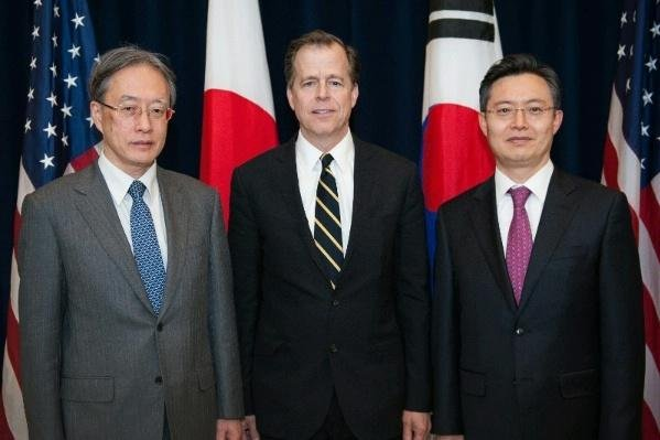 Japanese Ministry of Foreign Affairs Director General for Asian and Oceanian Affairs Junichi Ihara (l), Special Representative for North Korea Policy Ambassador Glyn Davies (c), and Republic of Korea (ROK) Special Representative for Korean Peninsula Peace and Security Affairs Hwang Joon-kook (r) pose for an official photo to mark the U.S.-Japan-Republic of Korea Trilateral Meeting at the U.S. Department of State on April 7, 2014. (State Department)