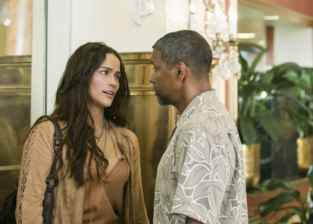 Image of Paula Patton and Denzel Washington in 2 Guns, courtesy of Universal Pictures.
