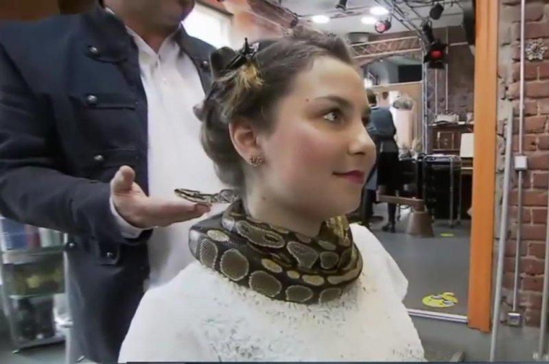 Python-gives-neck-massages-at-German-sal