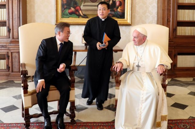 South Korean President Moon Jae-in (L) speaks with Pope Francis while paying a courtesy call on the pontiff at the Vatican on October 18. File Photo by Yonhap