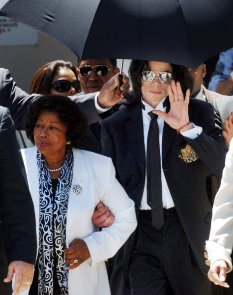 US pop icon Michael Jackson waves to his fans as he leaves the Santa Barbara County Courthouse after being acquitted of all charges in his child molestation trial in Santa Maria, CA on June 13, 2005. A jury cleared Jackson of child sex abuse and other charges that could have seen him jailed for more than 18 years at the end of a sensational 14 week trial. (UPI Photo/Jim Ruymen)