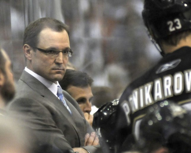 Pittsburgh Penguins head coach Dan Bylsma listens to Pittsburgh Penguins left wing Alexei Ponikarovsky in the third period of the Montreal Canadiens 5-2 win over the Pittsburgh Penguins in game seven of the NHL Eastern Conference Semi Finals at Mellon Arena in Pittsburgh on May 12, 2010. UPI/Archie Carpenter