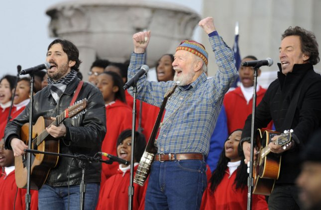Pete Seeger (C) Bruce Springsteen (R) and Seeger's grandson Tao Seeger perform during the We Are One inaugural opening ceremony concert at the Lincoln Memorial in Washington on January 18, 2009. (UPI Photo/Kevin Dietsch)
