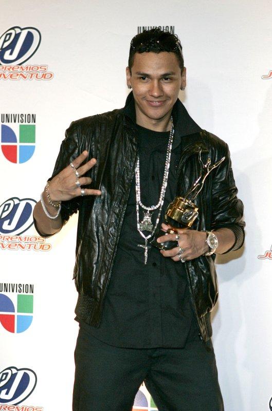 Flex celebrates winning an award at the 2008 Premios Juventud Awards at the University of Miami BankUnited Center in Coral Gables, Florida on July 17, 2008. (UPI Photo/Martin Fried)