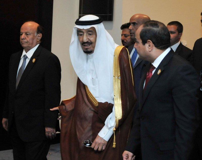 Egyptian President Abdel Fattah al-Sisi (R) stands with Saudi King Salman bin Abdulaziz al-Saud (C), and Yemen's President Abd-Rabbu Mansour Hadi during the 26th Arab Summit in Sharm al-Sheikh, Sinai, on March 28, 2015. Photo by Egyptian Presidency Office/UP