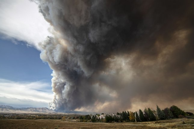 A massive plume of smoke rises from the CalWood wildfire which is burning in the Boulder County foothills near the town of Jamestown on October 17. Photo by Bob Strong/UPI