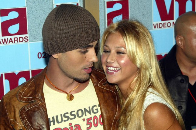 Enrique Iglesias and Anna Kournikova pose for photographers at the 2002 MTV Video Music Awards at Radio City Music Hall in New York City on August 29, 2002. File Photo by Laura Cavanaugh/UPI