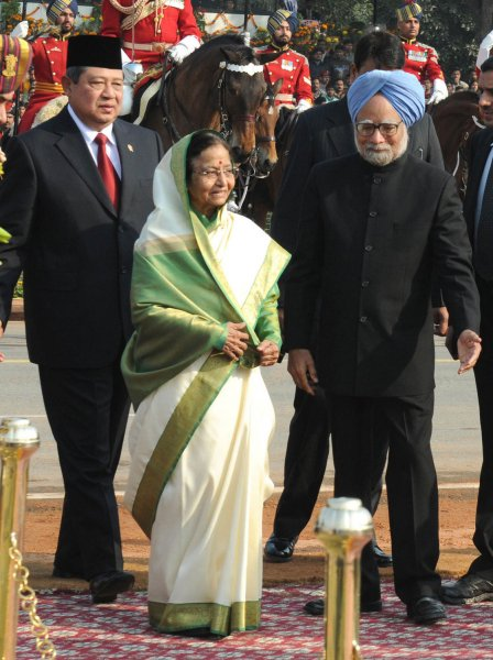Indian President Pratibha Devisingh Patil (R) along with Indonesian President Susilo Bambang Yudhoyono (L),the chief guest at India's Republic Day, and Indian Prime Minister Dr. Manmohan Singh arrive for the 62nd Republic Day parade in New Delhi, India on Wednesday, January 26,2011. Republic Day marks the day in 1950 when the new constitution came in effect after India gained independence from Great Britain in 1947. UPI/Raj Patidar