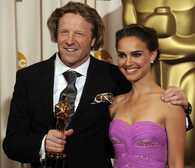 Anthony Dod Mantle, with Natalie Portman, stands with his Oscar for achievement in cinematoraphy for Slumdog Millionaire at the 81st Academy Awards in Hollywood on February 22, 2009. (UPI Photo/Phil McCarten)