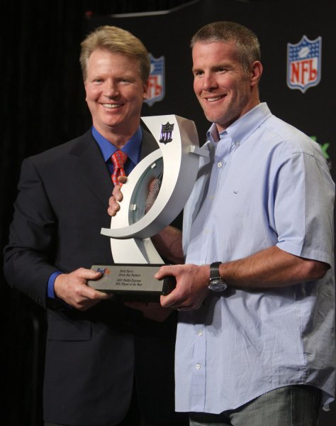 Former QB and current broadcaster Phil Simms presents the the FedEx Air NFL Player of the Year trophy to Green Bay Packers Brett Favre at the Phoenix Convention Center in Phoenix, Arizona on January 30, 2008. (UPI Photo/Terry Schmitt)